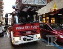 Tenta di spegnere le fiamme al motore e rischia di essere travolto dal camion