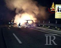 Auto prende fuoco sull'A16, il conducente rischia di essere avvolto dalle fiamme