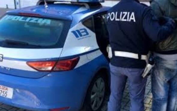 Ruba un'auto e si schianta, arrestato 41enne