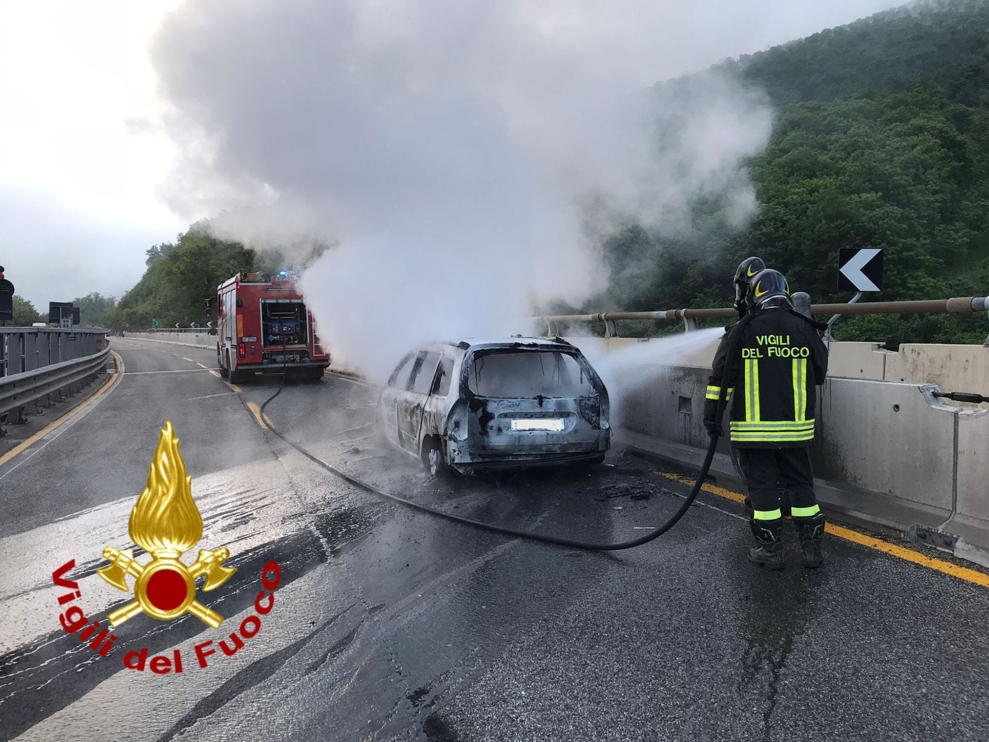 Paura sull'A16: in fiamme un'auto. Salvi 4 operai