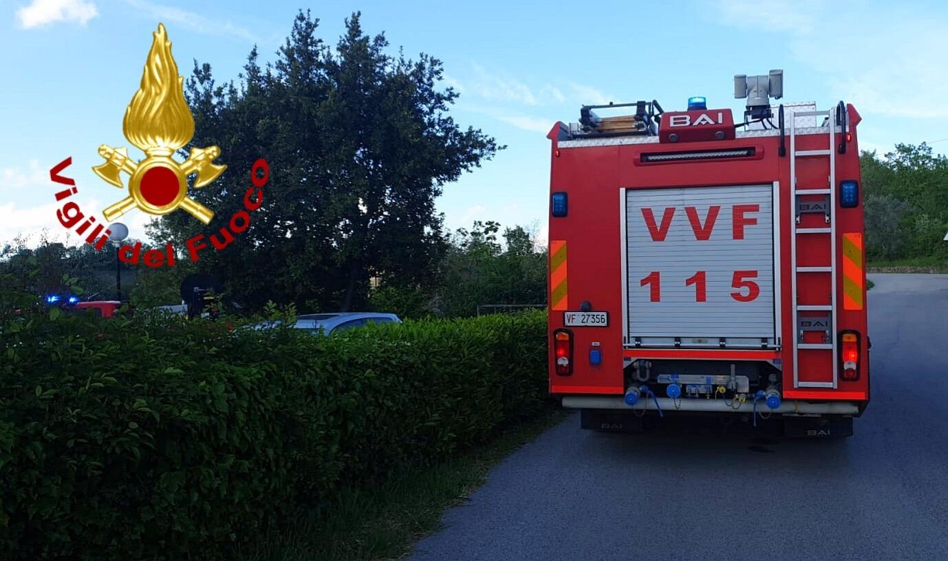 Incendio di sterpaglie lungo la Bonatti, paura nei pressi del cimitero di Avellino
