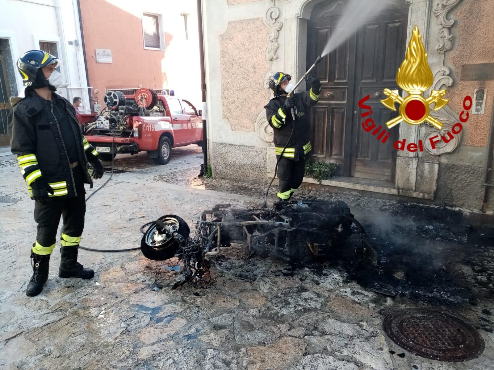 Scooter prende fuoco sotto casa, paura in paese