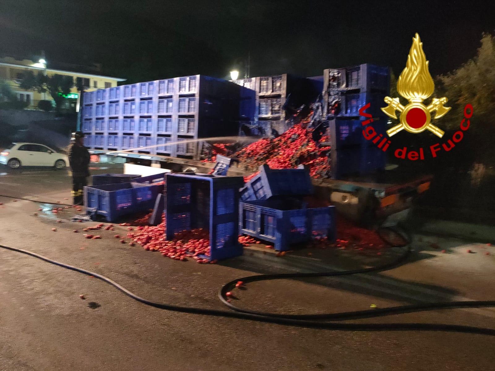 Tir di pomodori prende fuoco, paura sul raccordo Avellino-Salerno