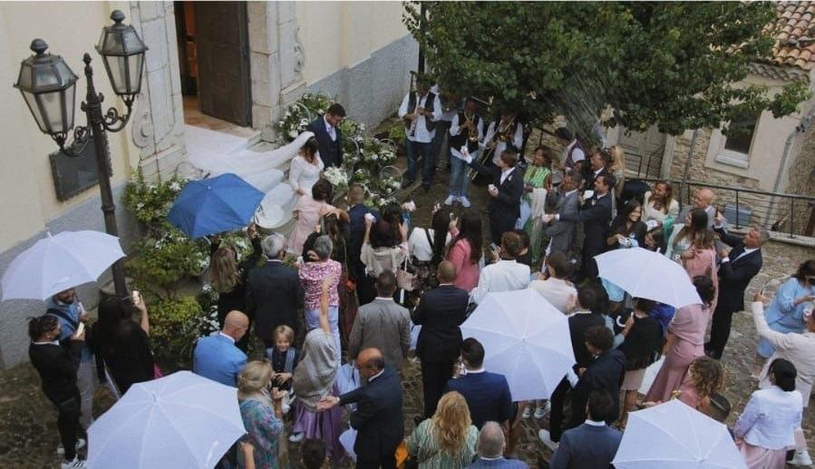 Cairano incanta anche con la pioggia, le nozze di Carmela e Andrea
