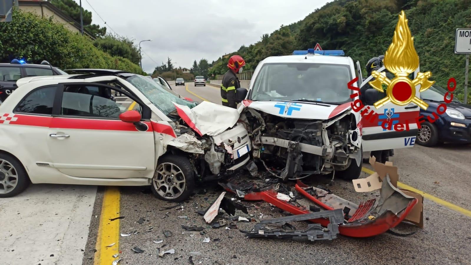 Monteforte Irpino, schianto tra un'auto e un'ambulanza veterinaria. Due feriti