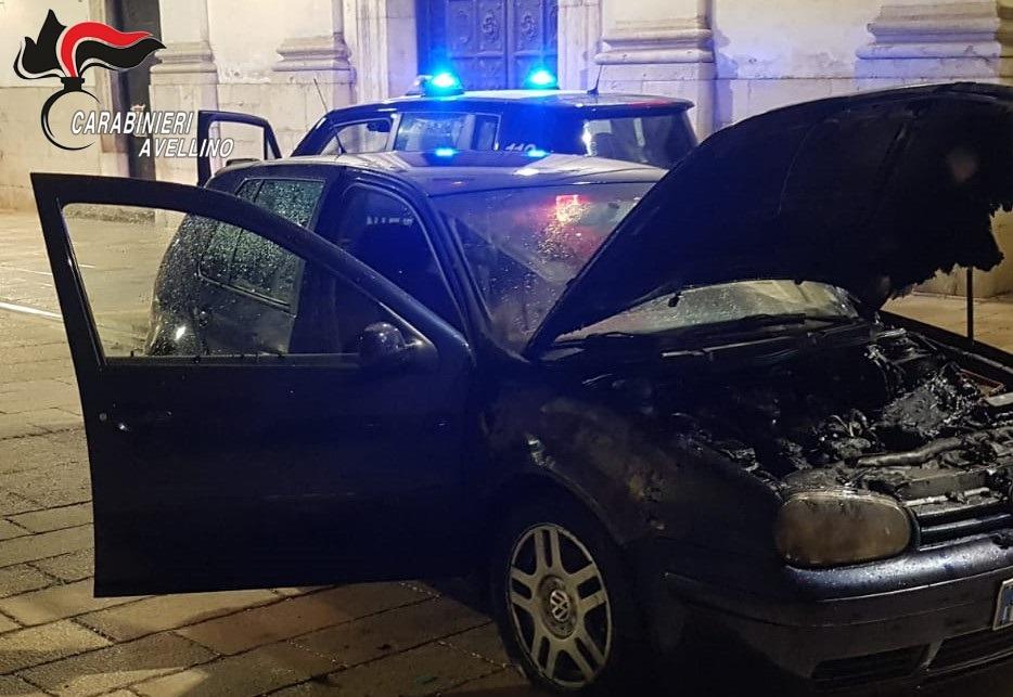 Raid incendiario all'auto di un giovane di Altavilla Irpina, nei guai 18enne