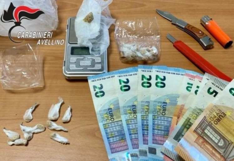 Spaccia droga seduto al tavolino del bar, arrestato 40enne di Montoro